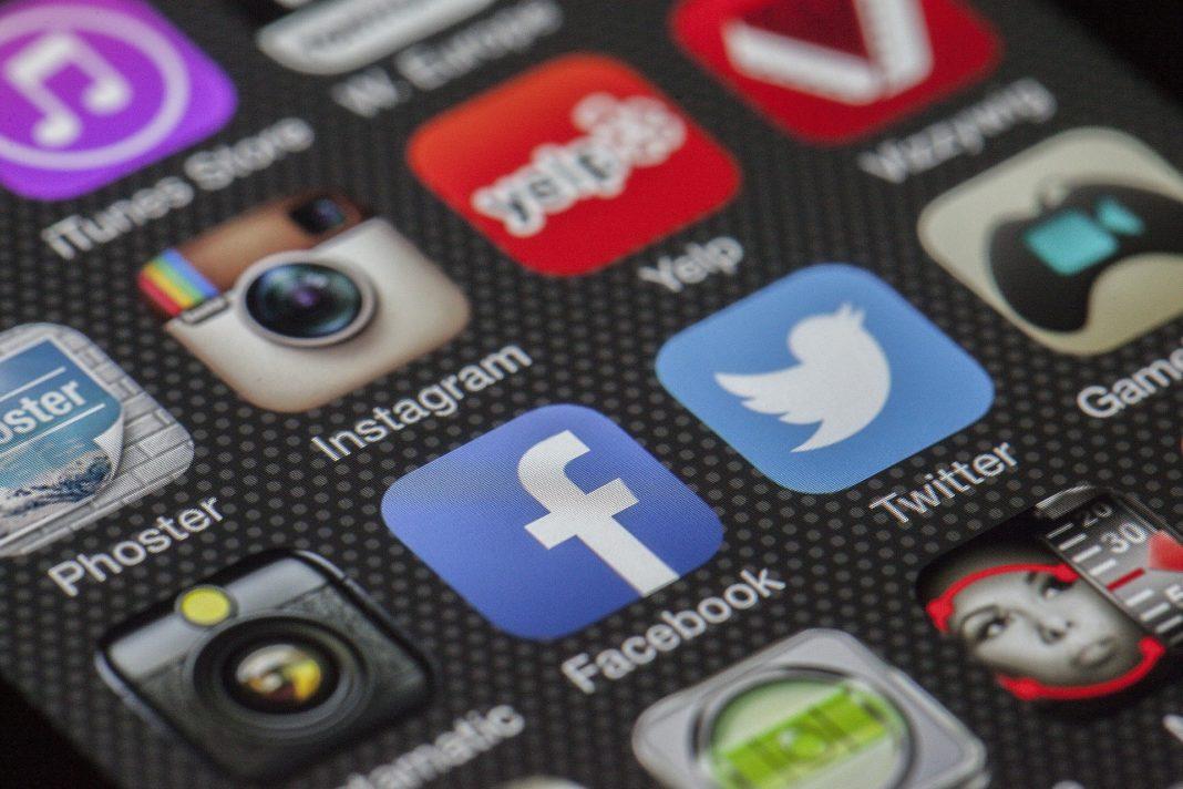 redes-sociales-movil-atlanta